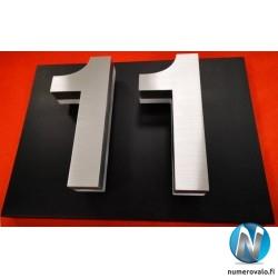 Numero 11 mustalla taustapellillä