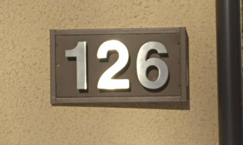 Numerot 126 ruskealla taustalla