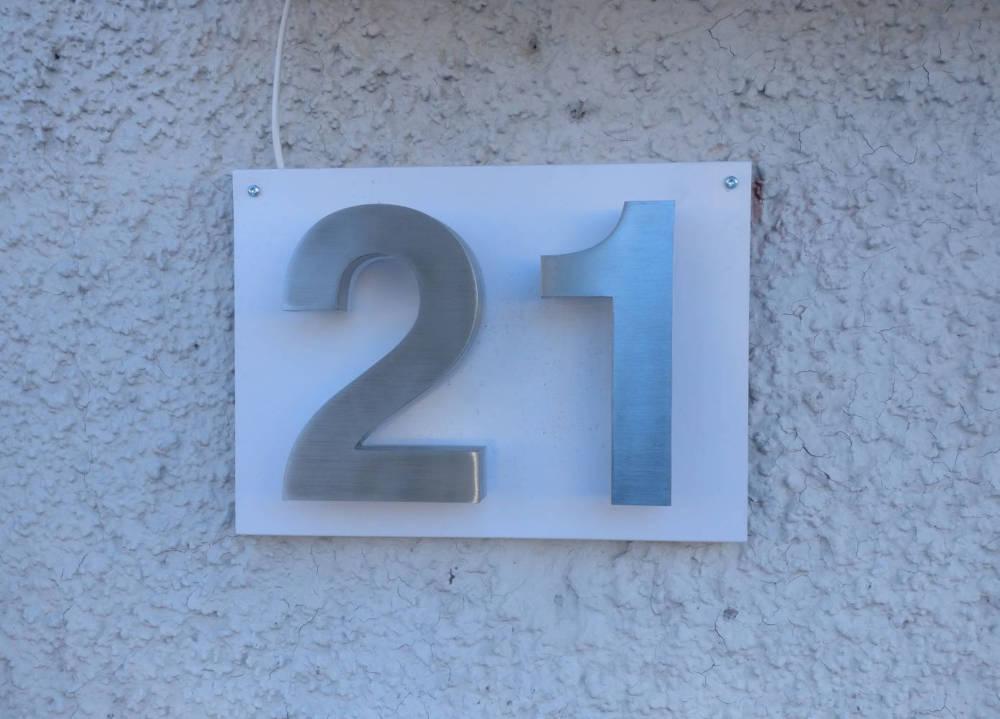 Numerot 21 valkoisella taustapellillä