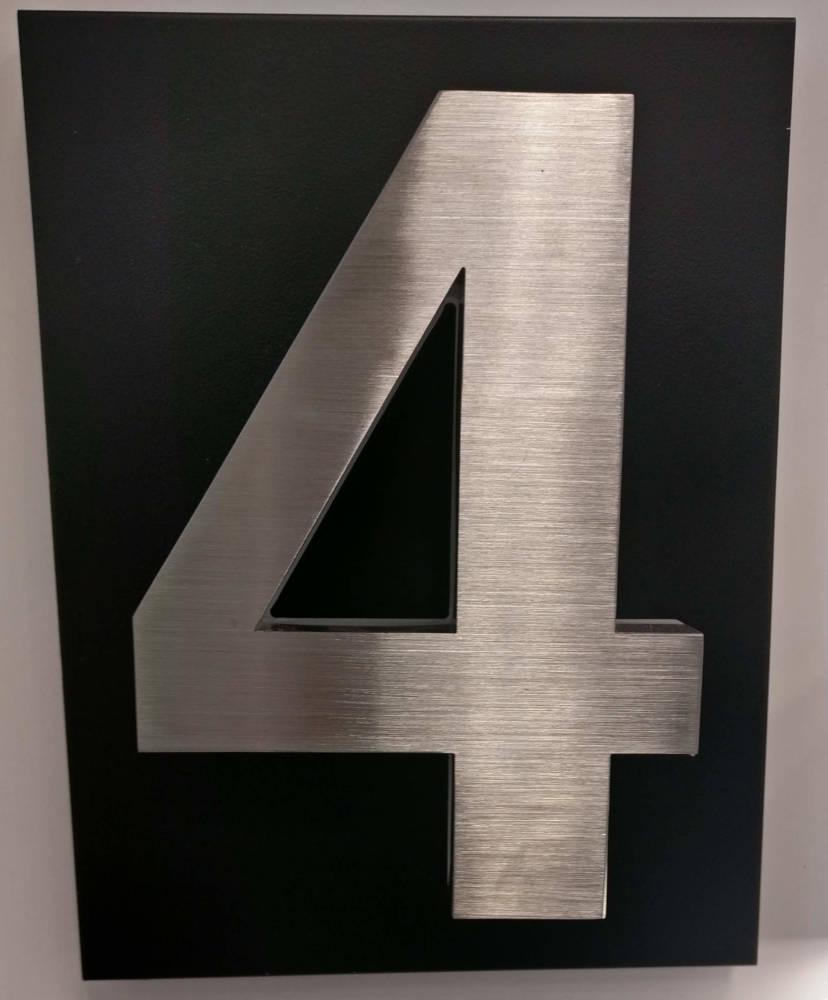 Numero 4 mustalla taustapellillä